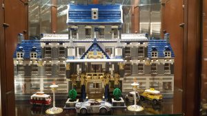 Unser Lego® Grand Hotel, ein selbstgebautes Unikat. Dafür musste der Vitrinenschrank extra umgebaut werden.